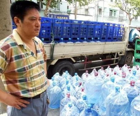 开超市赚钱吗——光头佬开超市,把桶装水免费送,反而一年多赚60万,怎么做到的?